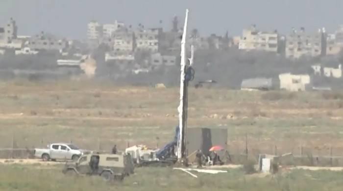 Los equipos de construcción israelíes trabajan en un muro de hormigón que correrá por encima y por debajo del suelo a lo largo de la frontera con Gaza, en septiembre de 2016. (Captura de pantalla: Ynet)