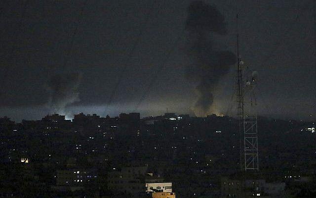 El martes, 30 de mayo de 2018, se levanta humo tras los ataques israelíes contra puestos de Hamas en Gaza. (AP Photo / Adel Hana)