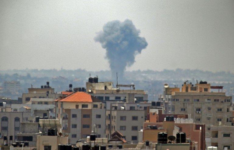 Humo ondeando en el fondo después de un ataque aéreo israelí Ciudad de Gaza, 29 de mayo de 2018. (Thomas Coes / AFP)