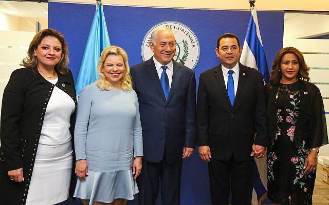 El primer ministro Benjamin Netanyahu, su esposa Sara, el presidente de Guatemala Jimmy Morales (2R) y la ministra de Relaciones Exteriores guatemalteca, Sandra Jovel (L) posan para una foto en la ceremonia de apertura oficial de la embajada de Guatemala en Jerusalem el 16 de mayo de 2018. (Marc Israel Sellem / Piscina)