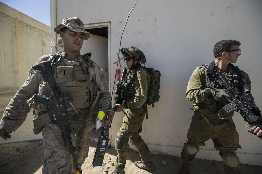 En este lunes, 12 de marzo de 2018, la infantería de de EE. UU. y un soldado israelí participan en un ejercicio conjunto de guerra urbana en la base de Mala, al sur de Israel.(AP Photo / Tsafrir Abayov)