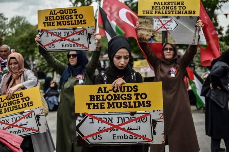 """Mujeres manifestantes sostienen pancartas que dicen """"Al Quds pertenece a musulmanes"""" el 11 de mayo de 2018 en Estambul, durante una manifestación contra la decisión del presidente estadounidense Donald Trump de reconocer a Jerusalem como la capital de Israel y trasladar la embajada de Estados Unidos a la ciudad.(AFP PHOTO / OZAN KOSE)"""