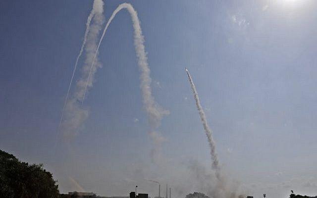 La FDI lanza un misil desde el sistema de defensa aérea Cúpula de Hierro para interceptar un cohete entrante desde Gaza desde una posición en la ciudad de Ashkelon, al sur de Israel, el 29 de mayo de 2018. (AFP PHOTO / MENAHEM KAHANA)