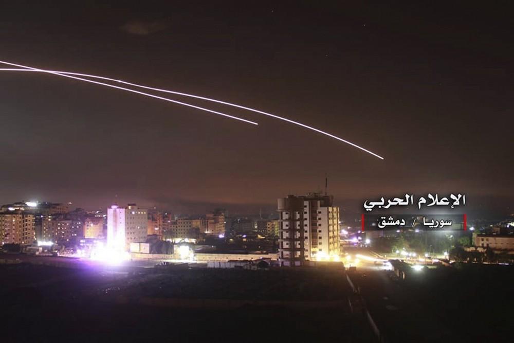 Una foto proporcionada por los medios militares centrales sirios a favor del régimen muestra un fuego antiaéreo en el cielo cuando los misiles israelíes alcanzan posiciones de la defensa aérea y otras bases militares alrededor de Damasco, Siria, el 10 de mayo de 2018, después de que fuerzas iraníes lanzaron un bombardeo de cohetes contra las bases israelíes en los Altos del Golán, en el enfrentamiento militar más serio entre los dos enemigos acérrimos hasta la fecha.(Medios militares centrales sirios, vía AP)