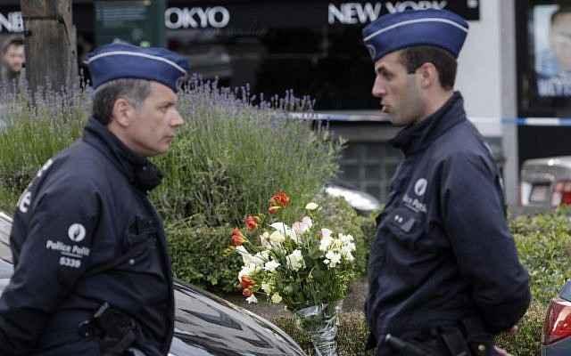 La policía belga en el lugar de un tiroteo en el Museo Judío en Bruselas, el sábado, 24 de mayo de 2014. (Crédito de la foto: AP Photo / Yves Logghe)