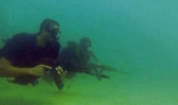 Comandos navales de Hamas, vistos en una imagen fija de un video de propaganda lanzado por el grupo terrorista durante la Operación Margen Protector de Israel, en el verano de 2014. (Captura de pantalla)