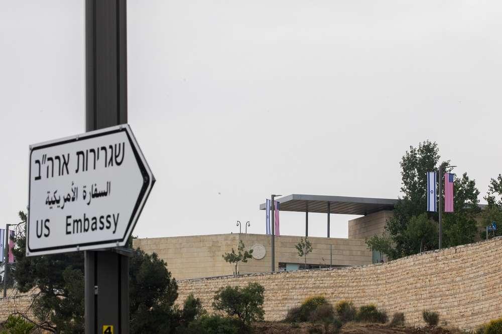 Una nueva señal de tráfico que dirige a los automovilistas al consulado de EE. UU. en Jerusalem que se inaugurará como embajada de los EE. UU. el 7 de mayo de 2018. (Yonatan Sindel / Flash 90)