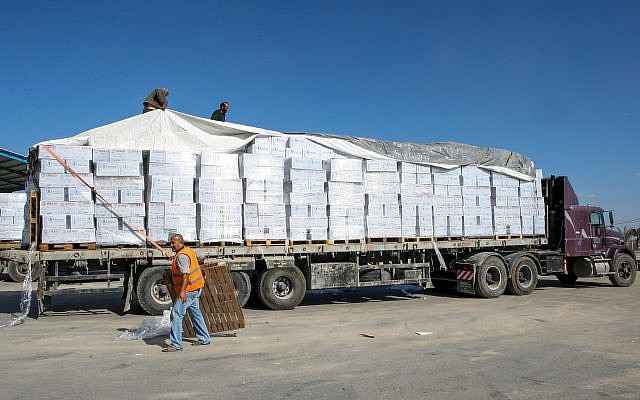 Un camión cargado de suministros ingresa a la Franja de Gaza desde Israel a través del Kerem Shalom Crossing el 1 de noviembre de 2017. (Abed Rahim Khatib / Flash 90)