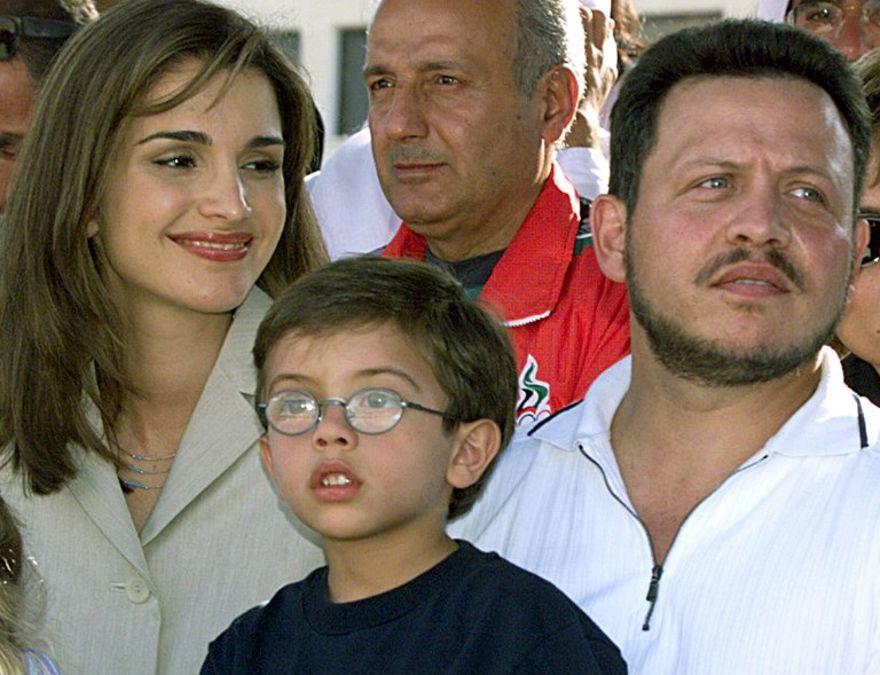 En esta foto tomada el 20 de agosto de 1999, el Rey Abdullah II (R) de Jordania, su esposa la Reina Rania (L), y su hijo el Príncipe Hussein (C) asisten a la competencia ecuestre en Amman. (AFP PHOTO / Marwan NAAMANI)