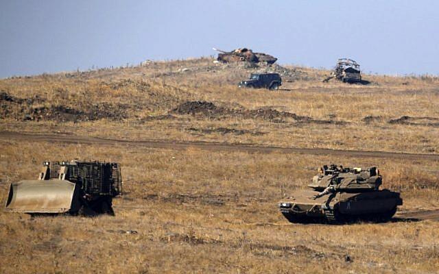 Los vehículos blindados israelíes se ven durante un ejercicio militar en los Altos del Golán, cerca de la frontera con Siria, el 26 de junio de 2018. (AFP PHOTO / JALAA MAREY)