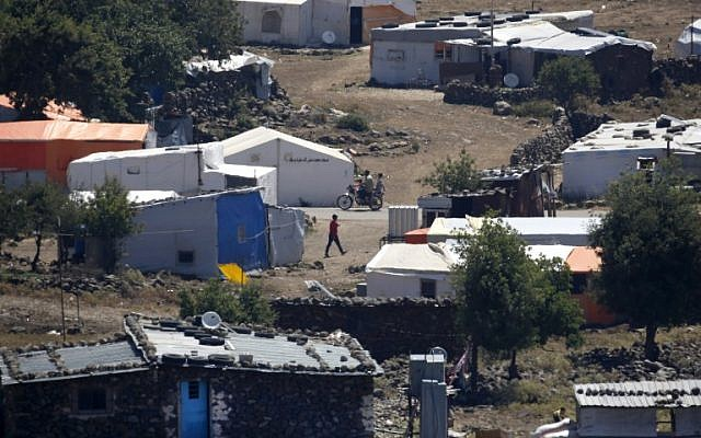 Una fotografía tomada el 26 de junio de 2018, desde los Altos del Golán israelí muestra un campamento para sirios desplazados cerca de la aldea siria de Breqa. (AFP Photo / Jalaa Marey)