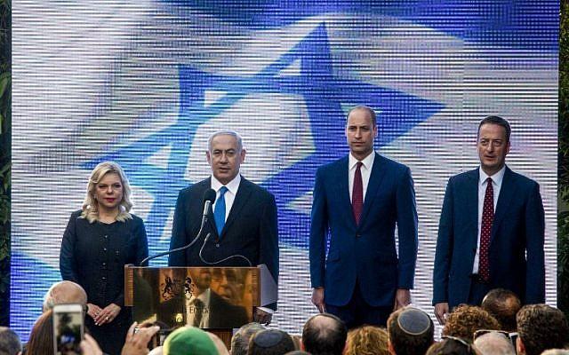 El príncipe William de Gran Bretaña se encuentra junto al primer ministro Benjamin Netanyahu, su esposa Sara Netanyahu y el embajador del Reino Unido en Israel David Quarrey (R) durante una recepción en la residencia del embajador británico en la ciudad israelí de Ramat Gan, al este de Tel Aviv, el 26 de junio de 2018 . (AFP PHOTO / POOL / Sebastian Scheiner)