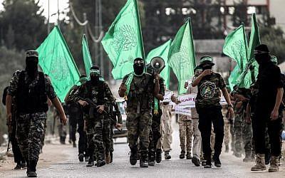 Ilustrativo: Cadetes jóvenes enmascarados de la marcha del ala militar del grupo terrorista Hamas en la ciudad de Khan Younis, al sur de la Franja de Gaza, el 15 de septiembre de 2017. (AFP Photo / Said Khatib)