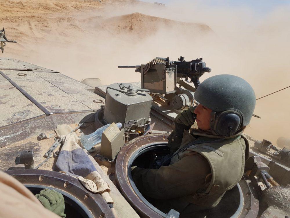 Una mujer soldado opera un tanque en el desierto de Negev en una fotografía sin fecha. (Fuerzas de Defensa de Israel)