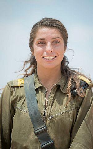 Sgt. Charlotte Feld-Davidovici, una de las primeras comandantes de tanques femeninas del ejército, que se gradúa el 28 de junio de 2018. (Fuerzas de Defensa de Israel)