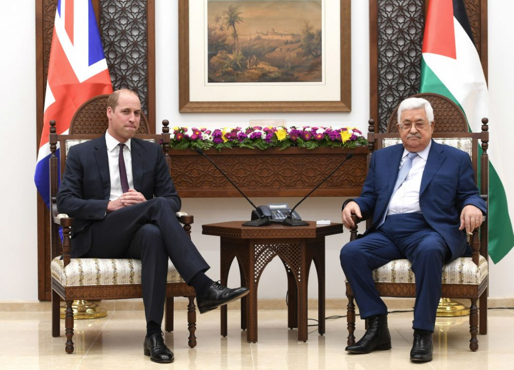 El príncipe William, duque de Cambridge se encuentra con el presidente de la Autoridad Palestina, Mahmoud Abbas, durante una visita oficial a Ramallah, el 27 de junio de 2018. (Foto de Joe Giddens - Pool / Getty Images)