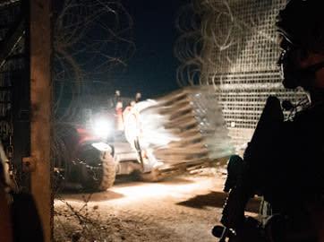 a IDF envía ayuda a los sirios que huyen de Daraa durante la operación `Good Neighbor` de la noche a la mañana. (Unidad del Portavoz de las FDI)