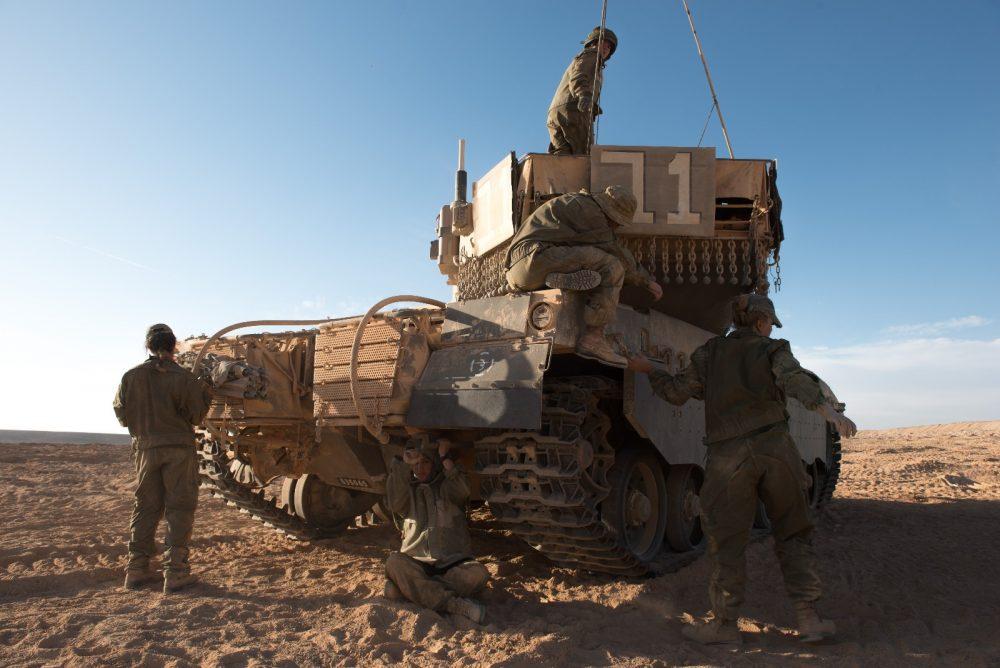 Un grupo de mujeres soldado participa en un ejercicio de entrenamiento en el campo de comandantes de tanques, en una fotografía sin fecha. (Fuerzas de Defensa de Israel)
