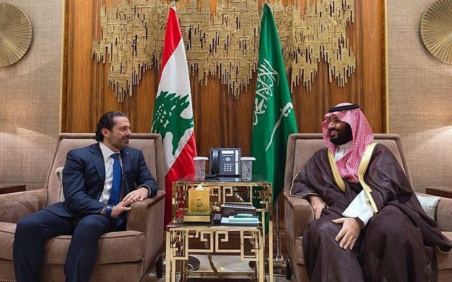 En esta foto publicada el 30 de octubre de 2017 por el fotógrafo oficial del gobierno libanés Dalati Nohra, el príncipe heredero saudita Mohammed bin Salman (r) se reúne con el primer ministro libanés Saad Hariri en Riyadh, Arabia Saudita. (Dalati Nohra vía AP)