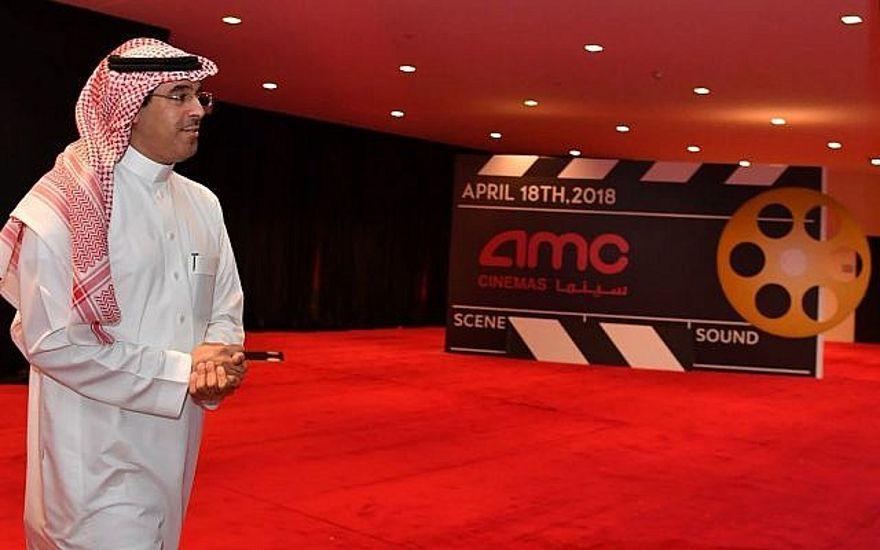 En esta foto del 17 de abril de 2018, el Dr. Awwad Alawwad, Ministro de Cultura e Información de Arabia Saudita, recorre el Teatro del Distrito Financiero Rey Abdullah un día antes de la primera proyección pública de una película comercial en Arabia Saudita en más de 35 años, en Riyadh. (Centro de Comunicación Internacional a través de AP)