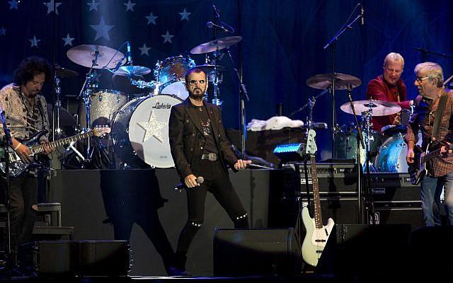 Ringo Starr se presenta en Tel Aviv, Israel, el sábado 23 de junio de 2018. A la izquierda está Steve Luthaker y a la derecha está Graham Gouldman. Detrás de ellos está Gregg Bissonette. (AP Photo / Ariel Schalit)