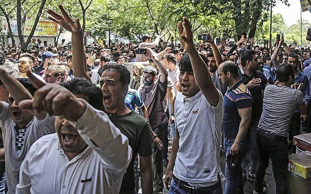 Un grupo de manifestantes grita consignas en el antiguo gran bazar en Teherán, Irán, el lunes 25 de junio de 2018. Los manifestantes en la capital iraní invadieron su histórico Gran Bazar el lunes, informaron agencias de noticias, y forzaron a los tenderos a cerrar sus puestos aparentemente enojados. sobre la economía problemática de la República Islámica, meses después de manifestaciones similares sacudieron el país. (Agencia de noticias laborales iraní a través de AP)