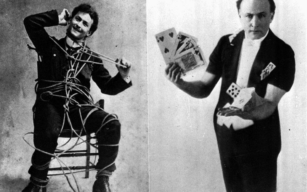El mago Harry Houdini realiza un escape de cuerda, a la izquierda, y un truco de cartas en estas fotos sin fecha. (Foto AP)
