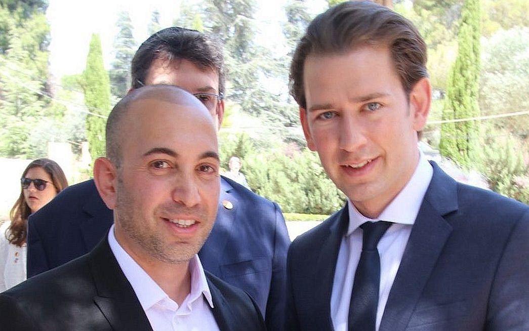 El canciller austríaco Sebastian Kurz posa con Nadav Peres, nieto del último presidente de Israel, Shimon Peres, en la tumba de este último en el monte Herzl en Jerusalem, el 10 de junio de 2018. (Yosef Avi Yair Juha)