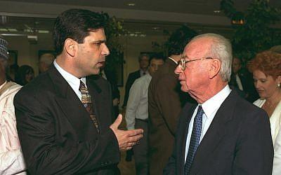 Gonen Segev (izq.) Habla con el entonces primer ministro Yitzhak Rabin durante una conferencia en Jerusalén. (Oficina de Prensa del Gobierno)