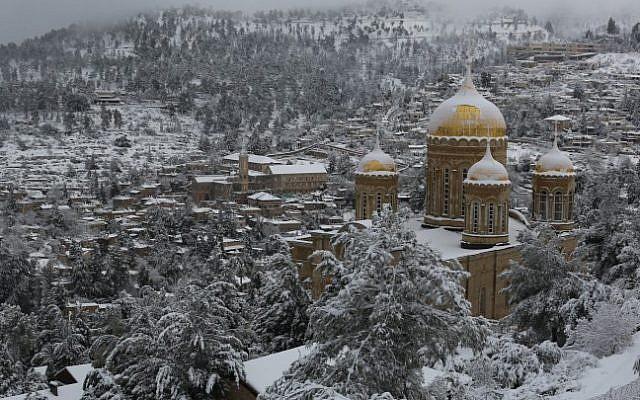 La iglesia de Maria Magdalena, una iglesia ortodoxa rusa situada en el montaje de aceitunas cerca del jardín de Gethsemane en Jerusalén, en un día nevoso. 20 de febrero de 2015 (Nati Shohat / Flash90)
