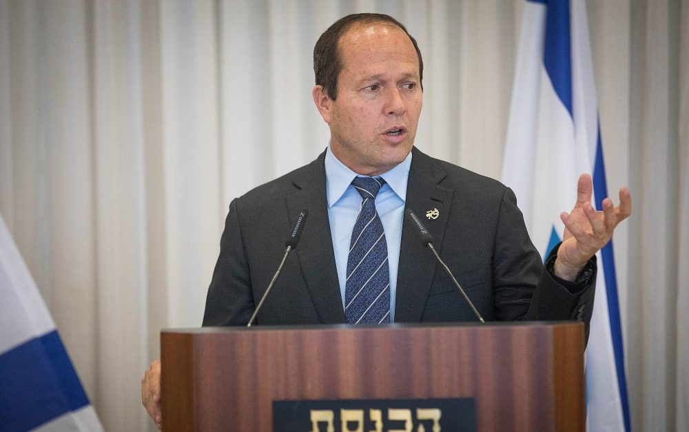 El alcalde de Jerusalén, Nir Barkat, habla durante una ceremonia en el Knesset, el 15 de abril de 2018. (Yonatan Sindel / Flash90)