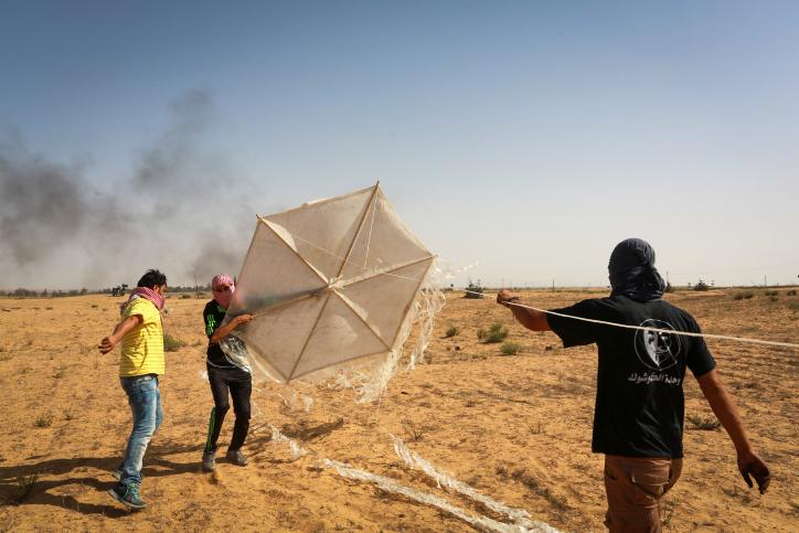 Los palestinos preparan una cometa con materiales inflamables que volarán al sur de Israel desde Rafah, en el sur de la Franja de Gaza, el 22 de junio de 2018. (Abed Rahim Khatib / Flash90)