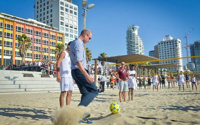 El príncipe Guillermo fue visto con jugadores israelíes de pievolley en la playa Frishman en Tel Aviv, el 26 de junio de 2018. (Niv Aharonson / POOL)