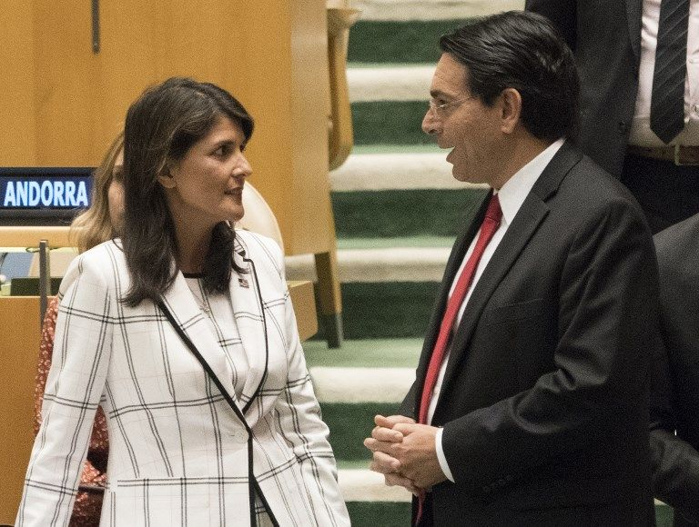 Embaixador dos Estados Unidos nas Nações Unidas, Nikki Haley fala com o embaixador israelense na ONU, Danny Danon, antes de uma votação na Assembleia Geral de 13 de junho, 2018 em Nova York.  (AFP PHOTO / Don EMMERT)
