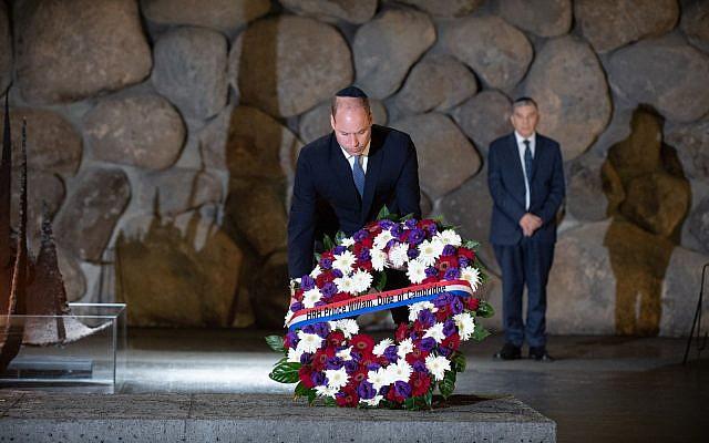 El Príncipe Guillermo deposita una ofrenda floral en el Salón de la Memoria del Museo Memorial del Holocausto Yad Vashem en Jerusalén el 26 de junio de 2018. (Ben Kelmer)