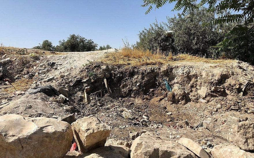 En el Monte del Templo, cerca del Golden Gate, fragmentos de tierra antigua fueron retirados ilegalmente y se construyó un muro de piedra improvisado, en junio de 2018, dijo el activista y arqueólogo Zachi Dvira. (Amanda Borschel-Dan / Times of Israel)