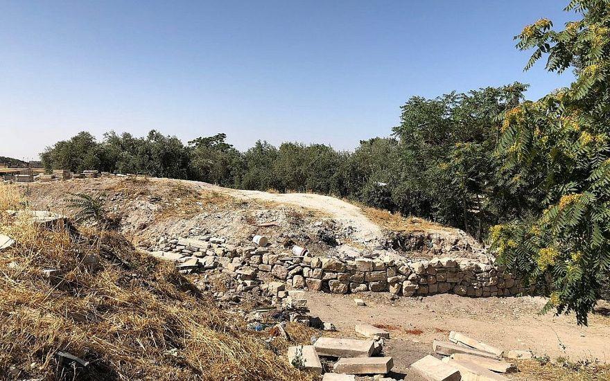 Secciones de montículos de tierra antigua y lo que Zachi Dvira dijo eran muros bajos recién creados en el lado oriental del complejo del Monte del Templo, el 18 de junio de 2018. (Amanda Borschel-Dan / Times of Israel)