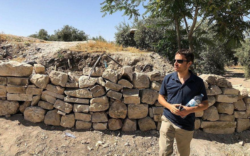 El arqueólogo Zachi Dvira junto a lo que dijo era un montículo dañado de tierra antigua en lo alto del Monte del Templo, el 18 de junio de 2018. (Amanda Borschel-Dan / Times of Israel)