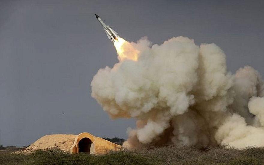 En esta foto de archivo del 29 de diciembre de 2016, lanzada por la Agencia de noticias semi-oficial de estudiantes iraníes (ISNA), se dispara un misil S-200 de largo alcance en un ejercicio militar en la ciudad portuaria de Bushehr, en la costa norte de Golfo Pérsico, Irán. (Amir Kholousi, ISNA vía AP, archivo)