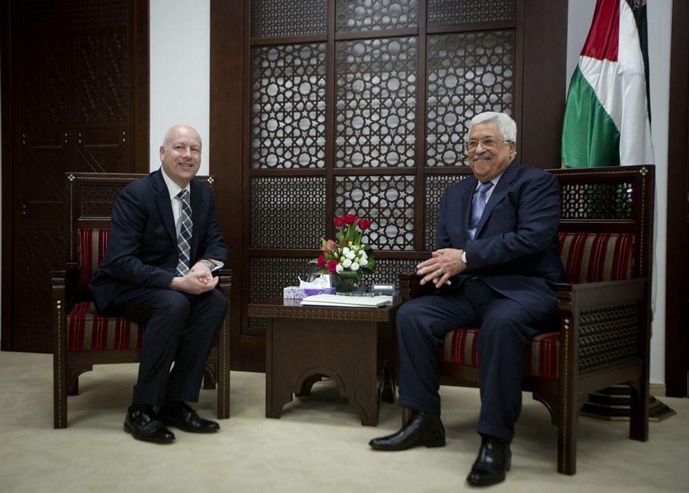 El enviado del proceso de paz del presidente estadounidense, Jason Greenblatt, a la izquierda, se reúne con el presidente de la Autoridad Palestina Mahmoud Abbas en la oficina del presidente en la ciudad de Ramallah, el martes 14 de marzo de 2017. (AP Photo / Majdi Mohammed)