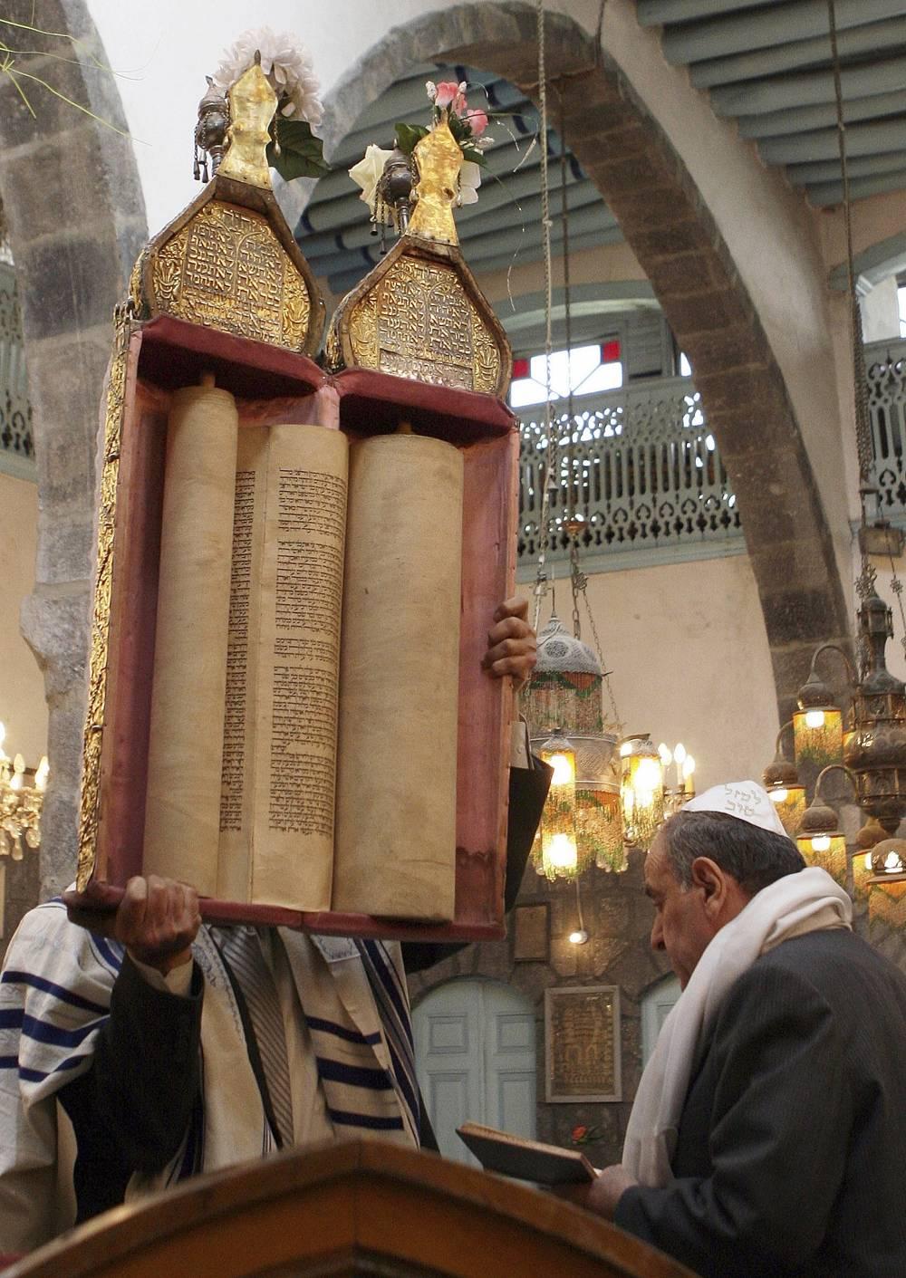 En esta foto de archivo del 20 de abril de 2008, judíos sirios celebran la Pascua en la sinagoga al-Firenj en el centro de Damasco, Siria.(AP Photo / Bassem Tellawi, Archivo)