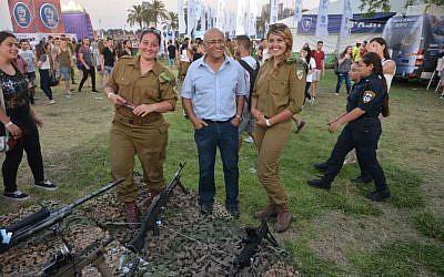 Avigdor Kahalani con mujeres soldado. (AWIS)