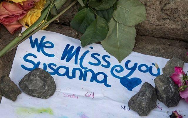 Un letrero colocado entre flores en un monumento improvisado en el lugar donde Susanna Maria Feldman, de 14 años, fue violada y asesinada por un musulmán solicitante de asilo iraquí en Wiesbaden, Alemania, el 8 de junio de 2018. (AFP / dpa / Boris Roessler)