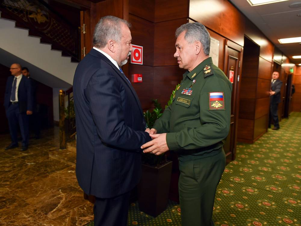 El ministro de Defensa, Avigdor Liberman, se reúne con el ministro de Defensa ruso, Sergei Shoigu, en Moscú, Rusia, el 31 de mayo de 2018. (Ariel Hermoni / Ministerio de Defensa)