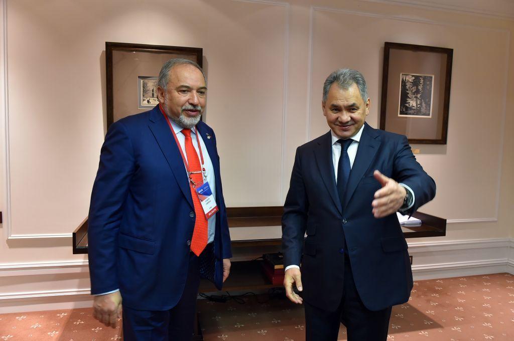 El ministro de Defensa, Avigdor Liberman, se reúne con el ministro de Defensa ruso, Sergei Shoigu, en Moscú el 26 de abril de 2017. (Ariel Hermoni / Ministerio de Defensa)