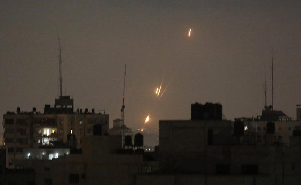 Las llamas de los cohetes lanzados por los islamistas palestinos se ven sobre la Franja de Gaza en dirección a Israel, en la madrugada del 30 de mayo de 2018. (AP Photo / Hatem Moussa)