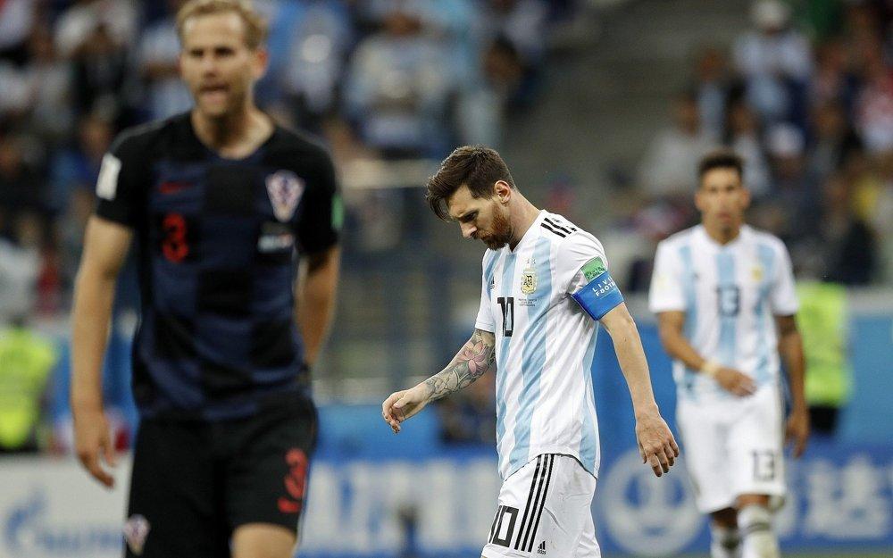 Lionel Messi, delantero de Argentina, mira hacia abajo después de que Luka Modric de Croacia anotó el segundo gol de su equipo durante el partido del grupo D entre Argentina y Croacia en la Copa Mundial de fútbol 2018 en el Estadio Nizhny Novgorod en Novgorod, Rusia, 21 de junio de 2018. (AP Photo / Pavel Golovkin)
