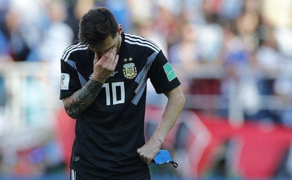 El argentino Lionel Messi se cubre la cara durante el partido del grupo D entre Argentina e Islandia en la Copa Mundial de fútbol 2018 en el Spartak Stadium en Moscú, Rusia, el sábado 16 de junio de 2018. (AP Photo / Ricardo Mazalan)