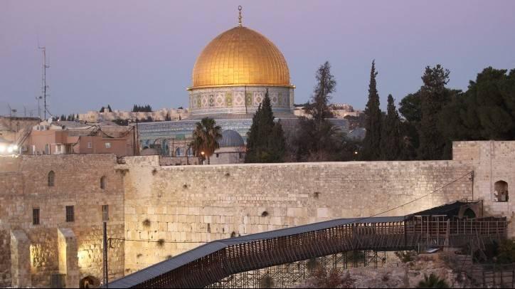 El Muro Occidental y la Cúpula de la Roca de la ocupación islámica en la Ciudad Vieja de Jerusalén, con el puente Mughrabi Ascent en primer plano (Nati Shohat / Flash 90)