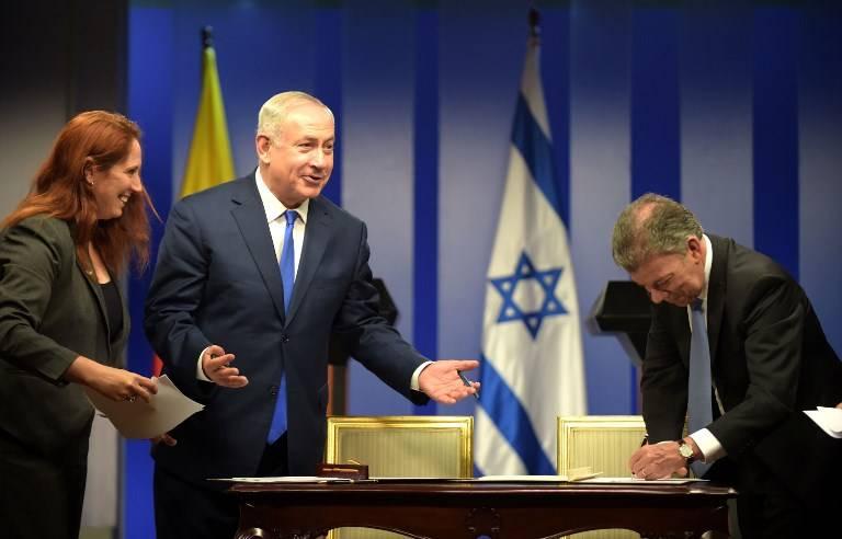 El primer ministro israelí, Benjamín Netanyahu (izq.) Y el presidente colombiano, Juan Manuel Santos, sonríen durante una ceremonia para firmar acuerdos en el palacio de Narino en Bogotá el 13 de septiembre de 2017. (AFP PHOTO / Raul Arboleda)